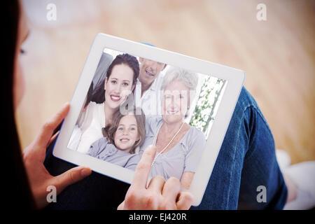 Image composite de portrait de famille sur canapé Banque D'Images