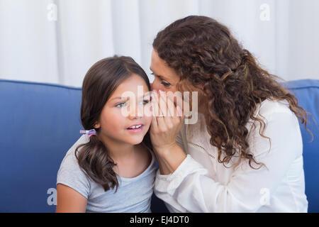 Mère et fille whispering Banque D'Images