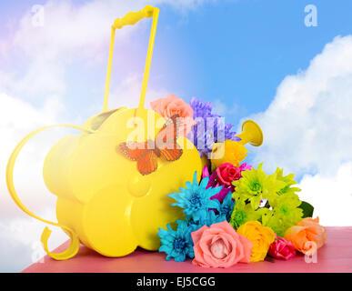 Heureux Printemps Printemps roses colorées et fleurs daisy avec style vintage arrosoir jaune et le fond de ciel avec appliqué