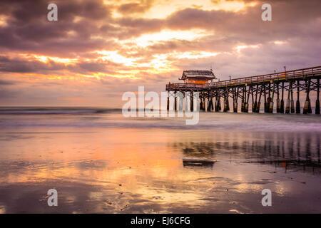 Cocoa Beach, Floride, USA Beach et de la jetée au lever du soleil. Banque D'Images