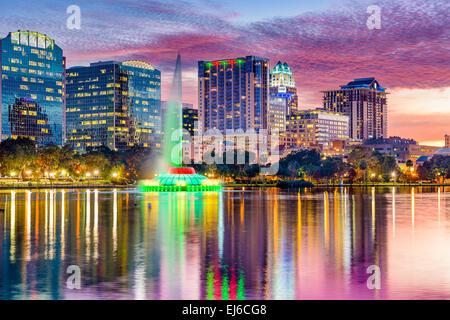 Orlando, Floride, USA skyline at Dusk sur le Lac Eola. Banque D'Images
