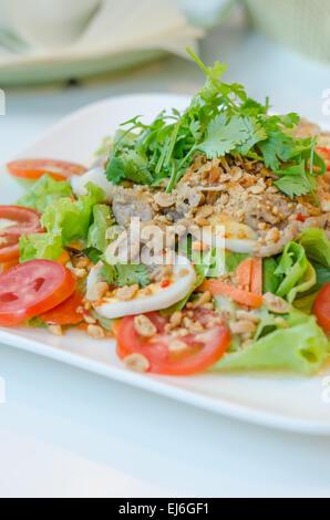 Salade épicée avec œuf , le porc et légumes frais Banque D'Images