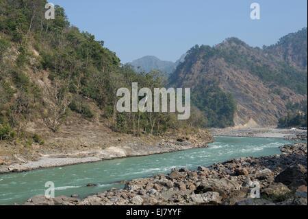 Le Gange (Ganga) rivière qui coule à travers les contreforts de l'Himalaya, juste à l'extérieur de Rishikesh, Uttarakhand, Banque D'Images