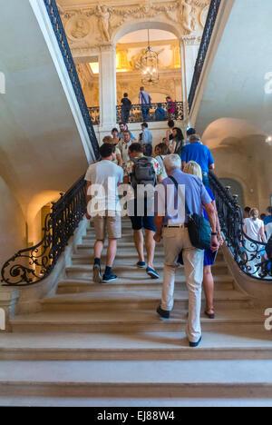 Paris, France, les touristes visitant l'intérieur du Musée Picasso, foule escalier d'escalade Banque D'Images