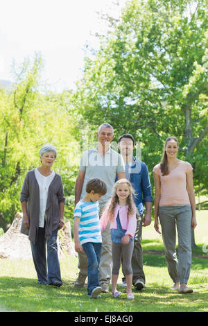 Extended family walking in park Banque D'Images
