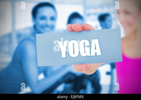 Monter blonde holding card disant yoga Banque D'Images