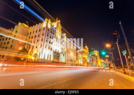 Des sentiers de lumière sur la rue à Shanghai Banque D'Images