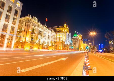 Des sentiers de lumière dans la rue à Shanghai the Bund Banque D'Images