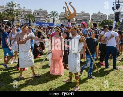 Tel Aviv, Israël - 6 mars, 2015: personnes non identifiées s'amusant sur Pourim party dans la rue. Banque D'Images