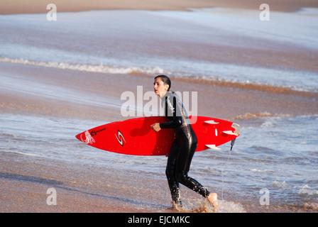 Surfer Girl surf à Estoril Cascais Portugal Banque D'Images