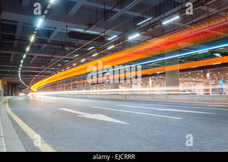 Light trails on city Street Banque D'Images