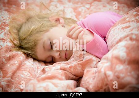 Petite fille douce et innocente rêves Banque D'Images