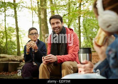 Bois de hêtre à l'automne. Trois personnes, un père et deux enfants un pique-nique. Banque D'Images