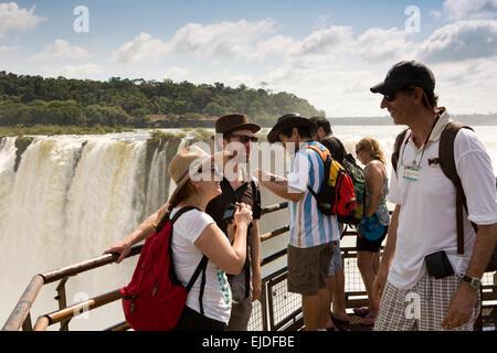 Arg437L'Argentine, Iguazu Falls National Park, les touristes à vewpoint cascade el Diablo Garganta Banque D'Images