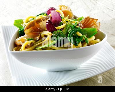 Chinois Oriental sauté végétarien de légumes et champignons Banque D'Images
