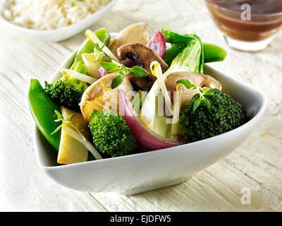 Sauté végétarien oriental de légumes, champignons et nouilles Banque D'Images