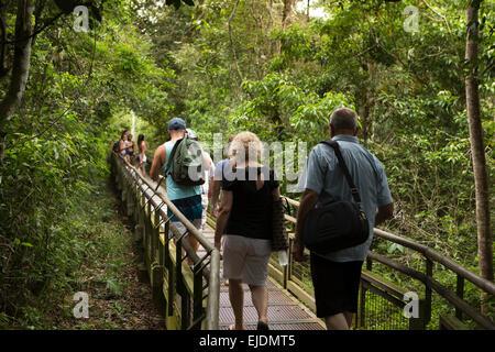 L'Argentine, Iguazu, les touristes en circuit inférieur, abaissement du chemin de ronde Banque D'Images