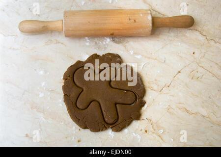 Rouleau à pâtisserie sur comptoir de la cuisine à la pâte et découper des formes Gingerbread Man Banque D'Images