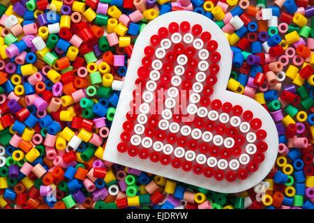 multicolores en plastique perles hama avec coeur rouge gabarit rempli pour l 39 artisanat banque d. Black Bedroom Furniture Sets. Home Design Ideas