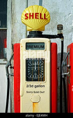 Une vieille pompe à essence style- ne l'utilisez plus. Banque D'Images