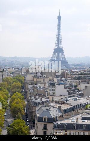 Dans une vue du haut de l'Arc de Triomphe, la Tour Eiffel s'élève au-dessus de Paris, France sur une belle après Banque D'Images