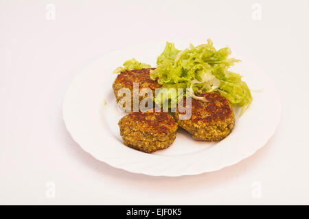 Escalopes végétariennes avec salade fraîche on white plate Banque D'Images
