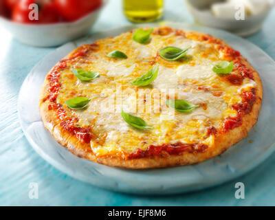 Toute une Margarita pizza napolitaine garnir de fromage et basilic Banque D'Images