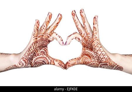 Les mains de henné femme faisant des gestes du cœur isolé sur fond blanc avec clipping path Banque D'Images