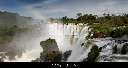 L'Argentine, Iguazu, vue panoramique sur arc-en-ciel au-dessus des chutes d'eau de Salto Bernabe Mendez Banque D'Images