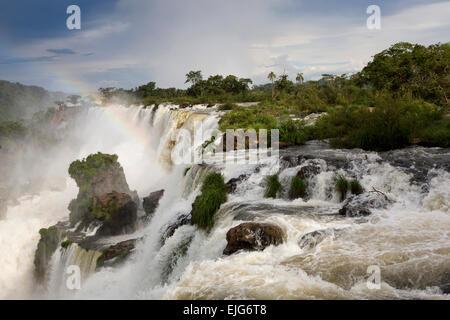 L'Argentine, Iguazu, arc-en-ciel au-dessus des chutes d'eau de Salto Bernabe Mendez Banque D'Images