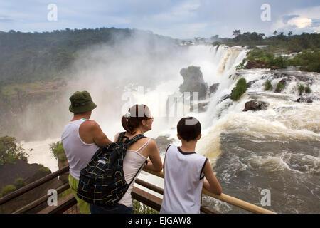 L'Argentine, Iguazu, touristes profitant de la vue des chutes d'eau après de fortes pluies Banque D'Images