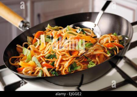 Faire sauter les nouilles, pak choi, carottes et pousses de haricots par cuisson Banque D'Images