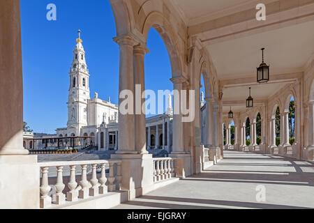 Sanctuaire de Fatima, au Portugal. Basilica de Nossa Senhora do Rosario et la colonnade dans la ville de Fatima. Grand sanctuaire marial catholique