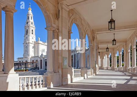 Sanctuaire de Fatima, au Portugal. Basilica de Nossa Senhora do Rosario et la colonnade dans la ville de Fatima. Fátima est un important sanctuaire marial catholique