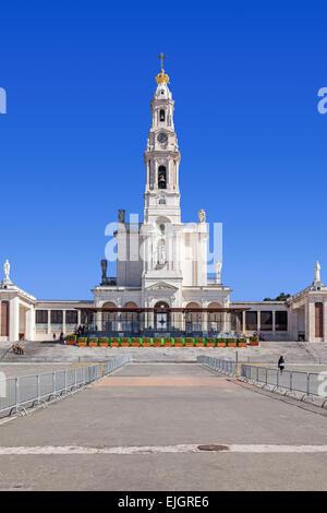 Sanctuaire de Fatima, au Portugal. Basilica de Nossa Senhora do Rosario et la colonnade dans la ville de Fatima. Fatima est un important sanctuaire marial catholique
