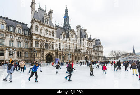 Les gens à l'extérieur du patin à glace l'Hôtel de Ville de Paris, en France, au temps de Noël