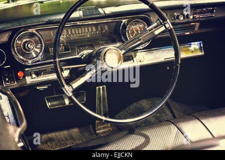 Old vintage classic black car le volant et tableau de bord Banque D'Images