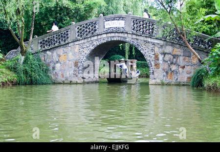 Vieux pont sur le canal dans le parc de Suzhou, Chine Banque D'Images