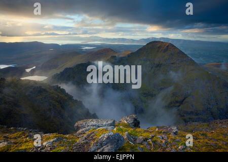 Beenkeragh, la deuxième plus haute montagne d'Irlande, vu depuis le sommet du Carrauntoohil, MacGillycuddy Reeks, Banque D'Images