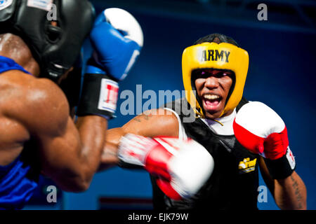 La CPS. Zachée Hardrick droit, un boxeur représentant l'équipe de l'armée américaine, les poinçons Air Force Staff Banque D'Images