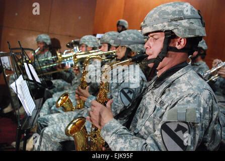 Les soldats de l'Armée américaine à partir de la Division de cavalerie Band effectuer au cours d'une cérémonie de passation de commandement pour Multi-National Security Transition Command - l'Iraq à Bagdad, l'Iraq, le 10 juin 2007. Au cours de l'événement de l'armée américaine le général Martin E. Dempsey a quitté le commandement de l'armée américaine le général James M. Dubik. Le s.. Curt Cashour
