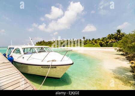 La vitesse d'un bateau amarré au ponton de Makunudu dans les Maldives Banque D'Images