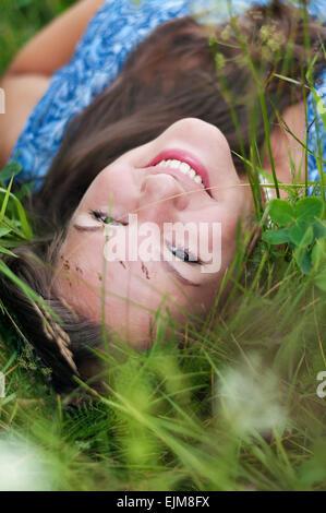 Adolescente se trouve dans l'herbe Banque D'Images