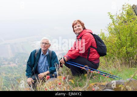 Le couple voyage randonnée au repos dans la nature. Banque D'Images