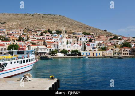 Halki. La Grèce. Vue sur le village portuaire Emporio. Banque D'Images