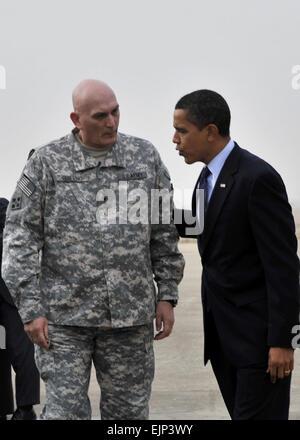 Le président Barack Obama parle avec le Général Ray Odierno, commandant général des forces multinationales de l'Iraq, Banque D'Images
