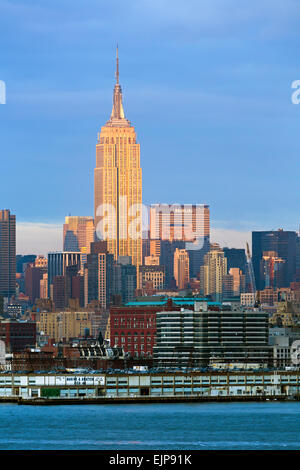 Empire State Building et Manhattan de l'autre côté de la rivière Hudson, New York, États-Unis d'Amérique Banque D'Images
