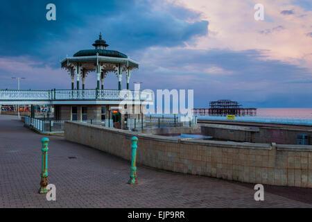 Soir sur le front de mer de Brighton, East Sussex, Angleterre. Banque D'Images