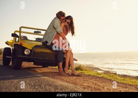 Jeune couple romantique partager un moment spécial, tandis que l'extérieur. Jeune couple amoureux sur un road trip. Banque D'Images