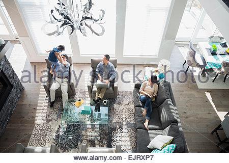 Frais généraux de family relaxing in living room Banque D'Images
